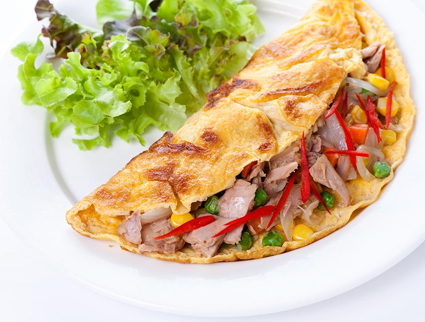 Omelette con atún, maíz dulce y guisantes