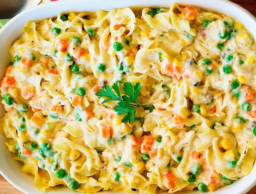 Pasta cremosa con vegetales mixtos