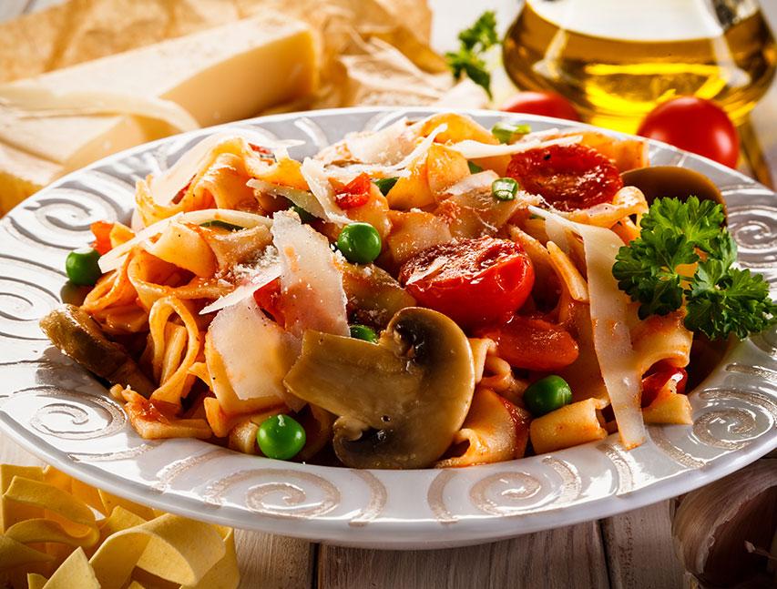 Tallarines con salsa de tomate y hongos